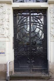 Вул. Академіка Богомольця, 6. Автентична металева столярка порталу