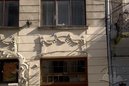 Вул. Дорошенка, 9. Ліпний декор між вікнами 1-го і 2-го поверхів