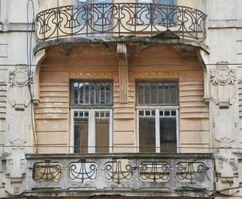 Вул. Дорошенка, 15. Балкони 2-3 поверхів на північному фасаді