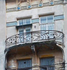 Вул. Дорошенка, 15. Балкон 4 поверху на північному фасаді