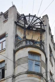 Вул. Дорошенка, 15. Завершення наріжника із балконом що накритий скляним дашком