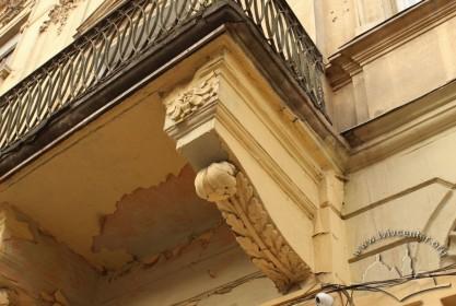 Вул. Личаківська, 3. Білокам'яна консоль балкону 2-го поверху