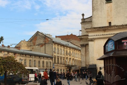 Вул. Личаківська, 3. Вигляд з пл. Митної, справа – колишній костел, тепер музей Пінзеля
