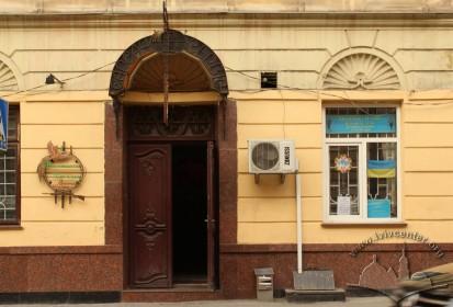 Вул. Личаківська, 3. Бічний портал – вхід до крамниці