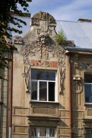 Вул. Академіка Богомольця, 4. Завершення пристінку (розкріповки) головного фасаду