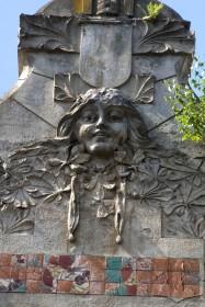 Вул. Академіка Богомольця, 4. Сецесійний ліпний декор з маскароном на аттику