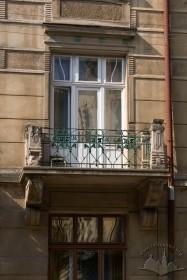 Вул. Академіка Богомольця, 4. Балкон 2-го пов.