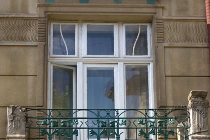 Вул. Академіка Богомольця, 4. Автентична столярка вікна-дверей (2-ий пов.)