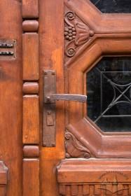 Вул. Левицького, 11a. Фрагмент вхідних дверей: збережена оригінальна столярка і фурнітура