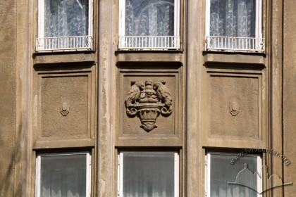 Вул. Левицького, 11а. Фрагмент еркера, площина між вікнами 2-го і 3-го поверхів