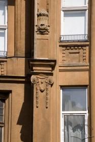 Вул. Левицького, 11а. Декор на фасаді між вікнами 3-го і 4-го поверхів