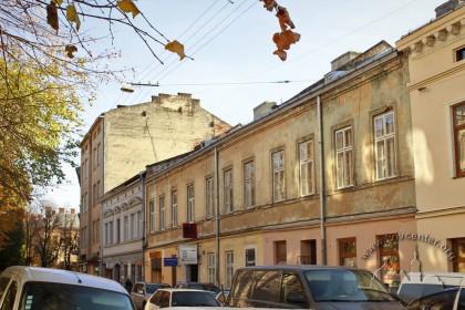 Вул. Левицького, 4, також помітні будинки №6 та №8