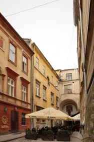 Vul. Virmenska, 35. A view of the building from the west. On the right, entrance to Dzyga art-gallery (former premises of the Dominican monastery)
