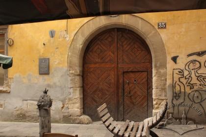 Vul. Virmenska, 35. The main entrance gate