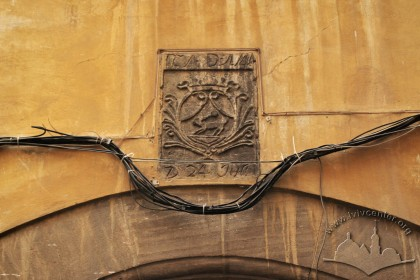 Vul. Virmenska, 35. Coat-of-arms above the entrance gate