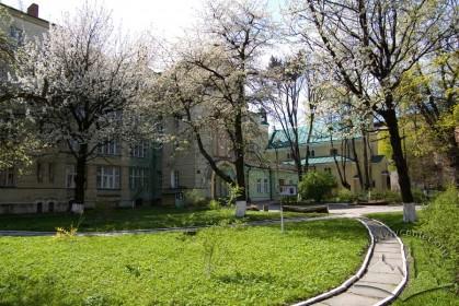 Вул. Залізняка, 11. Сад перед будинками кол. реколекційного дому і костелу