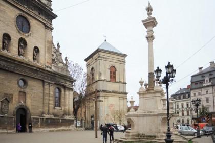 Пл. Соборна. На тлі – церква Св. Андрія і дзвіниця