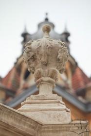Пл. Соборна. Одна з верхніх ваз на п'єдесталі колони. На тлі – будинок на пл. Соборній, 2а