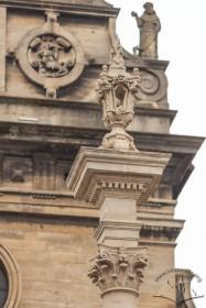 Пл. Соборна. Завершення колони, на тлі – причілок церкви Св. Андрія