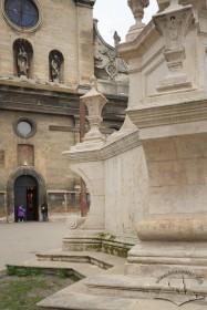 Пл. Соборна. Фрагмент п'єдесталу і церква Св. Андрія на тлі