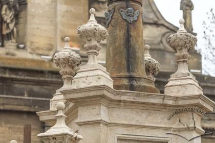 Пл. Соборна. Фрагмент колони із різьбленими вазами