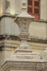 Пл. Соборна. Одна з нижніх ваз на п'єдесталі колони