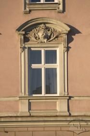 Вул. Валова, 2. Вікно 3-го пов.