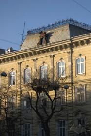 Вул. Валова, 4. Фрагмент фасаду з боку пл. Галицької