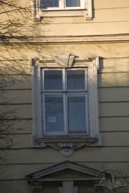Вул. Валова, 4. Вікно 3-го пов.