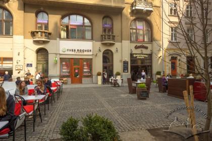 Тут, перед будинком на пл. Яворського, 1 розміщувався пам'ятник гетьману Станіславу Яблоновському