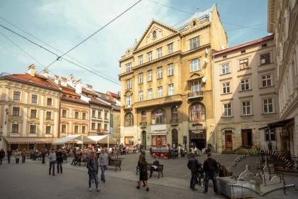 Пл. Яворського. Перед будинком №1 (у центрі) розміщувався пам'ятник гетьману Станіславу Яблоновському