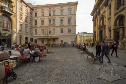 Pl. Yavorskoho. On the place occupied by tables, monument to hetman Stanisław Jabłonowski used to stand. On the background, the building on vul. Teatralna, 12