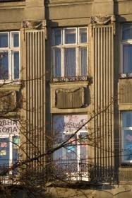 Вул. Валова, 9. Фрагмент фасаду в рівні 3-4-го пов.