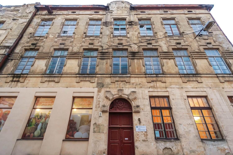 Vul. Khmelnytskoho, 169. Side facade of the former Krampner's townhouse – on the side of vul. Zustrichna/Photo courtesy of Nazarii Parkhomyk, 2015