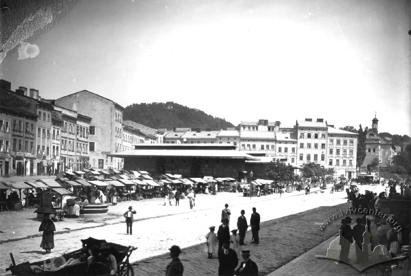 Market on pl. Krakowski (now pl. Osmomysla) with the new iron structure, erected in the 1870s./Photo by Edward Trzemeski. From the collection of Ihor Kotlobulatov.