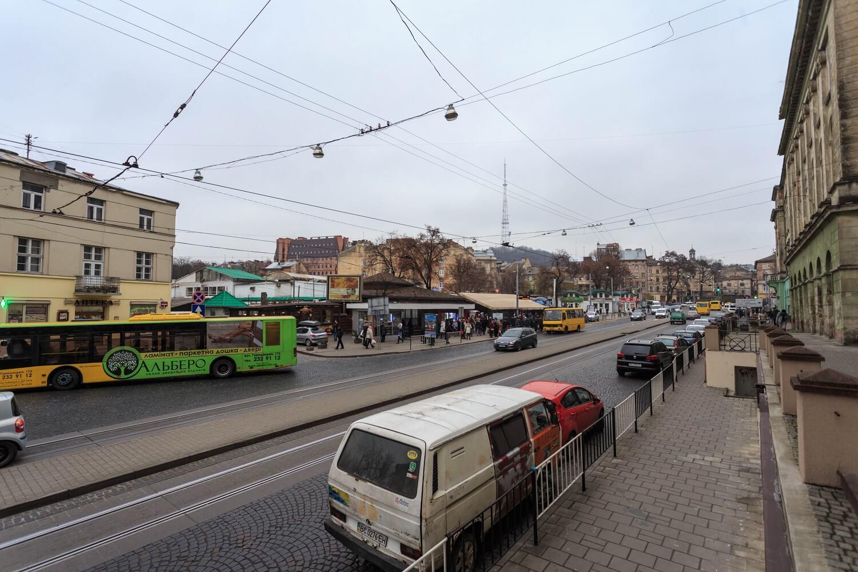 Vul. Torhova and pl. Osmomysla. The