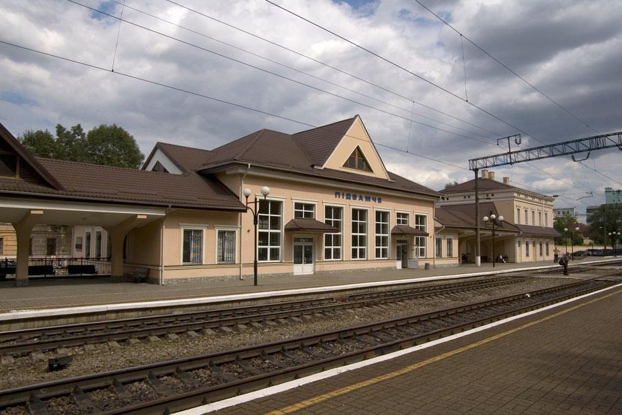 Vul. Ohirkova, 2. The Pidzamche railway station/Photo courtesy of Ihor Zhuk, 2013