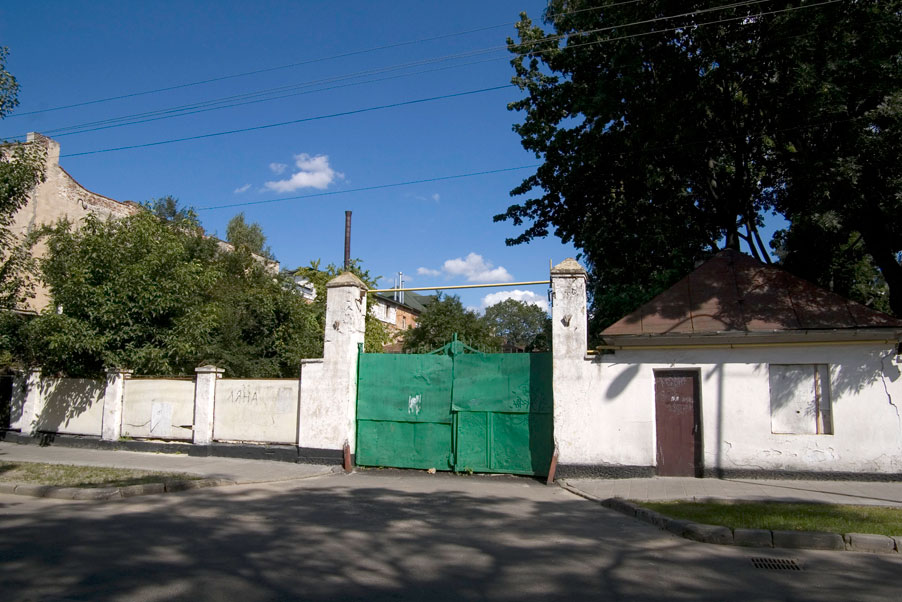 Vul. Zhovkivska, 18. Second entrance to the territory of the former City cleaning plant/Photo courtesy of Ihor Zhuk, 2013