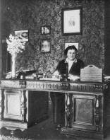 Цецилія Кляфтен за робочим столом