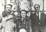"""На звороті є напис: """"Євген Полотнюк, Ірина Вільде і заглядає малий Ярема Полотнюк. Слійко (інж.) 1940 р."""""""