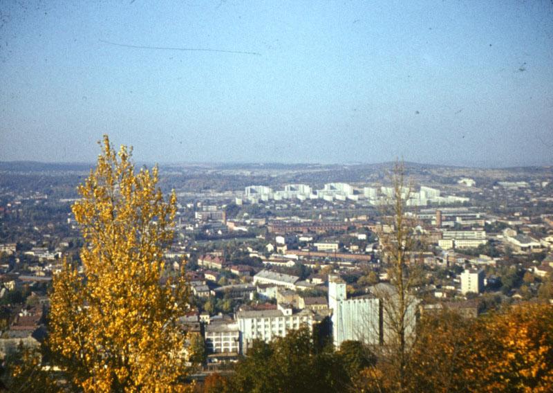 Вид з вершини Високого Замку на дільницю Підзамче. Кінець 1970-х — початок 1980-х рр./Фрагмент стерео-слайда з приватної колекції Андрія Шуляра