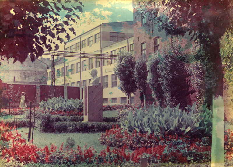 """Внутрішнє подвір'я заводу """"Молдвинпром"""". Кінець 1970-х — початок 1980-х років./Фото з ювілейного фото-альбому, створеного працівниками підприємства"""