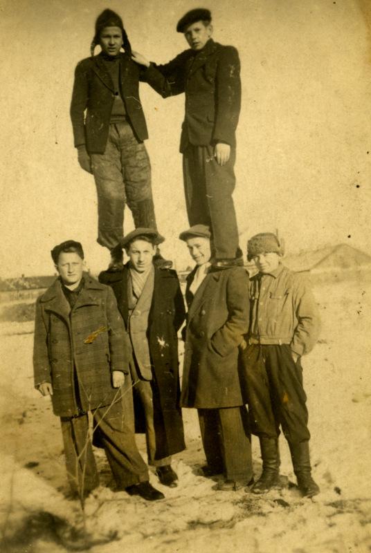 Юні мешканці дільниці Підзамче. Кінець 1930-х років./Фото з приватної збірки Мар'яна Куземського