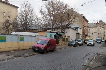 Вулиця Коротка, 2019. Під час війни тут були гаражі німецької компанії Rohstofferfassung