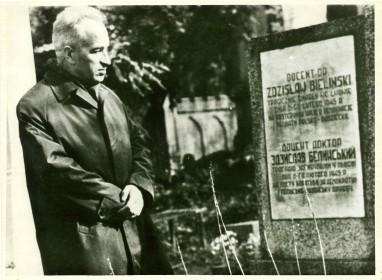 Кароль Курилюк біля могили Здзіслава Бєлінського, 1966