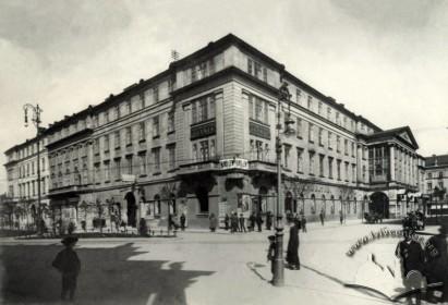 """У 1908 р. в будівлі філармонії розташувався один з перших у Львові стаціонарних кінотеатрів """"Електричний театр Оезера"""". Під різними назвами – """"Ексельсіор-Уранія"""" (1908–1911),  """"Геліос"""" (1911),  """"Лев"""" (1913–1931) , """"Атлантік"""" (1931–1939) – він діяв до 1939 року. Зараз у будівлі знаходиться Національний академічний український драматичний театр імені Марії Заньковецької."""